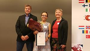 Erkki Raulo, poster prize awardee Maria Banqueri (MicroSynDep) and Marlies Dorlöchter